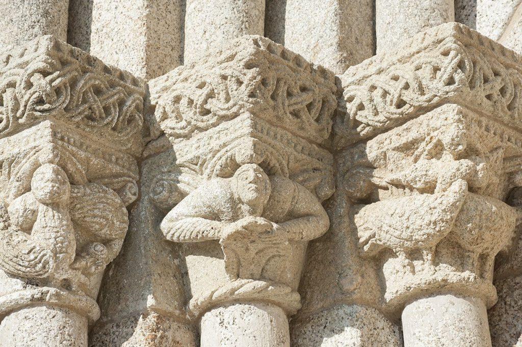 Capiteis do portal ocidental, pormenor do exterior do Mosteiro de S. Salvador de Travanca