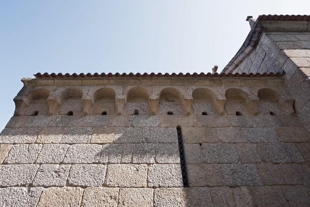 Modilhões da cabeceira, pormenor do exterior da Igreja de São João Batista de Gatão