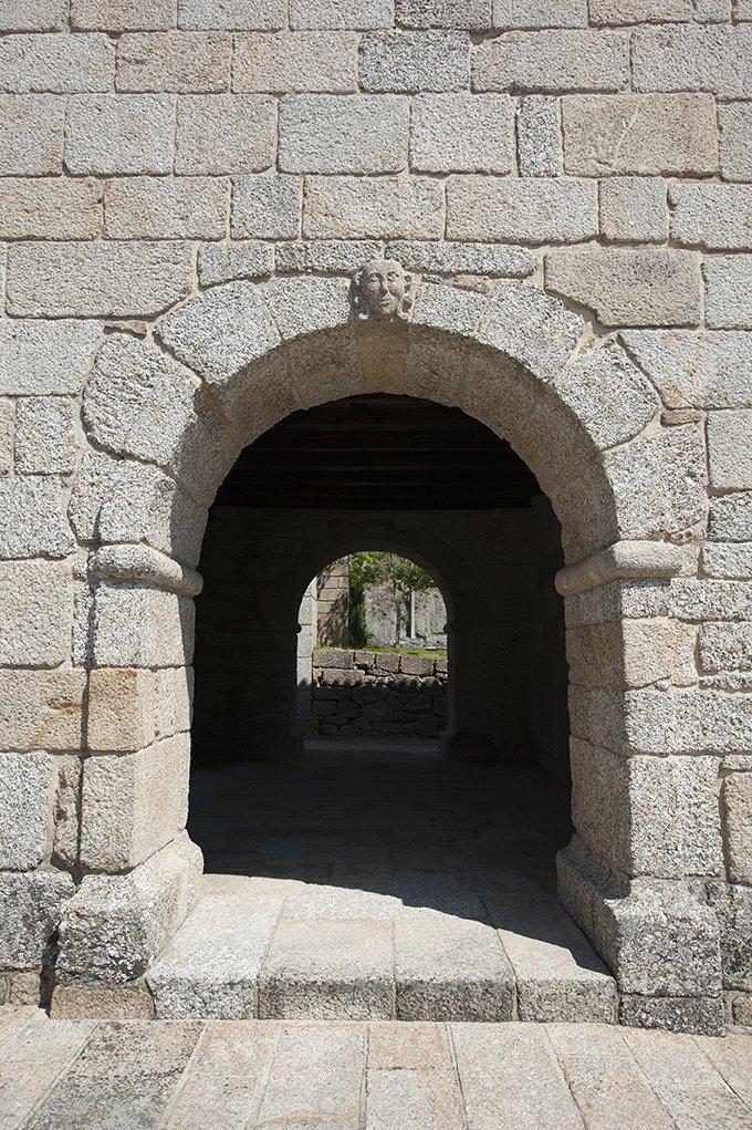 Portal Ocidental, pormenor do exterior da Igreja de São João Batista de Gatão