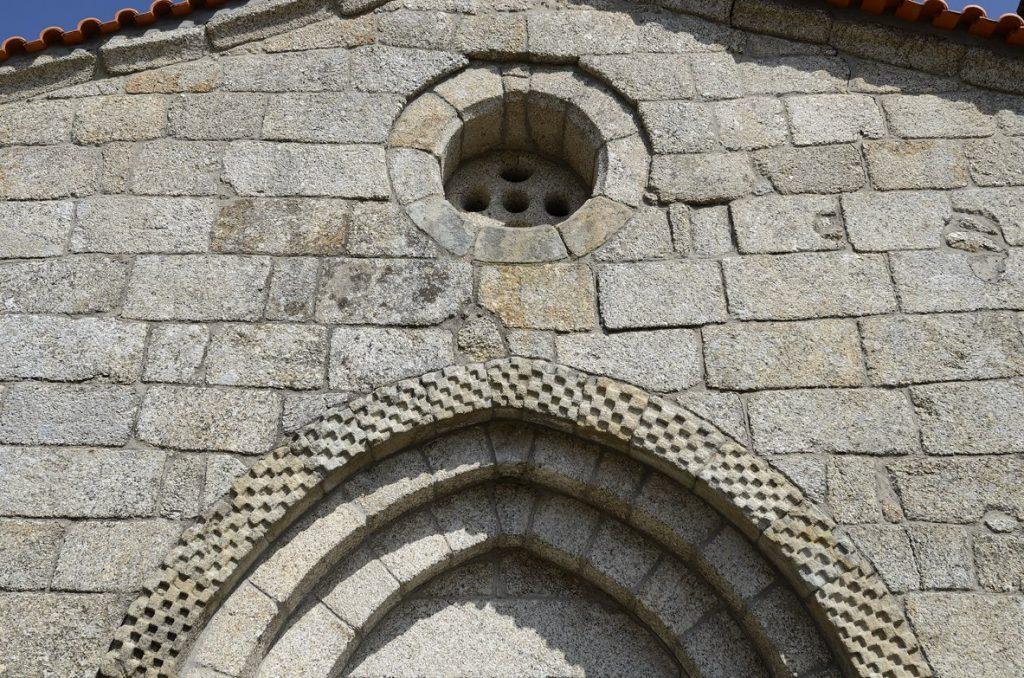 Pormenor da fachada principal da Igreja de Santa Maria de Gondar