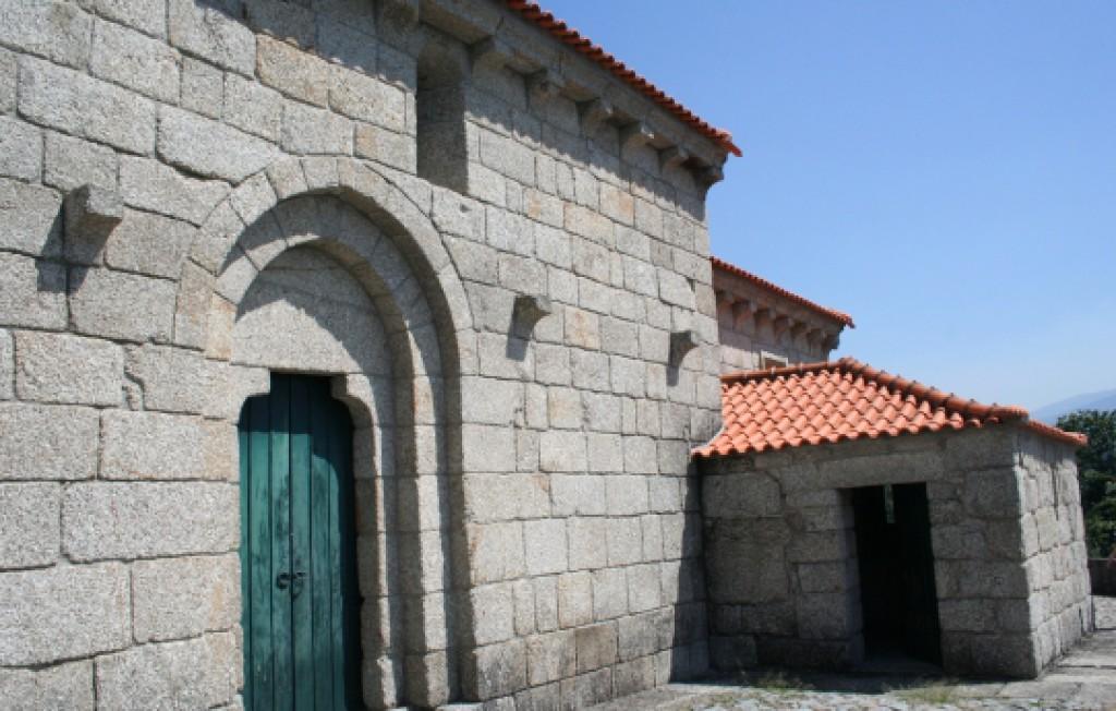 Entrada lateral da Igreja de Santa Maria de Gondar