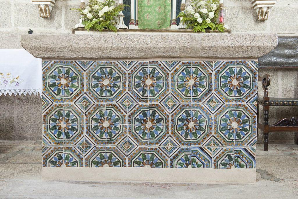 Pormenor de azulejos no interior Igreja de Santa Maria de Jazente