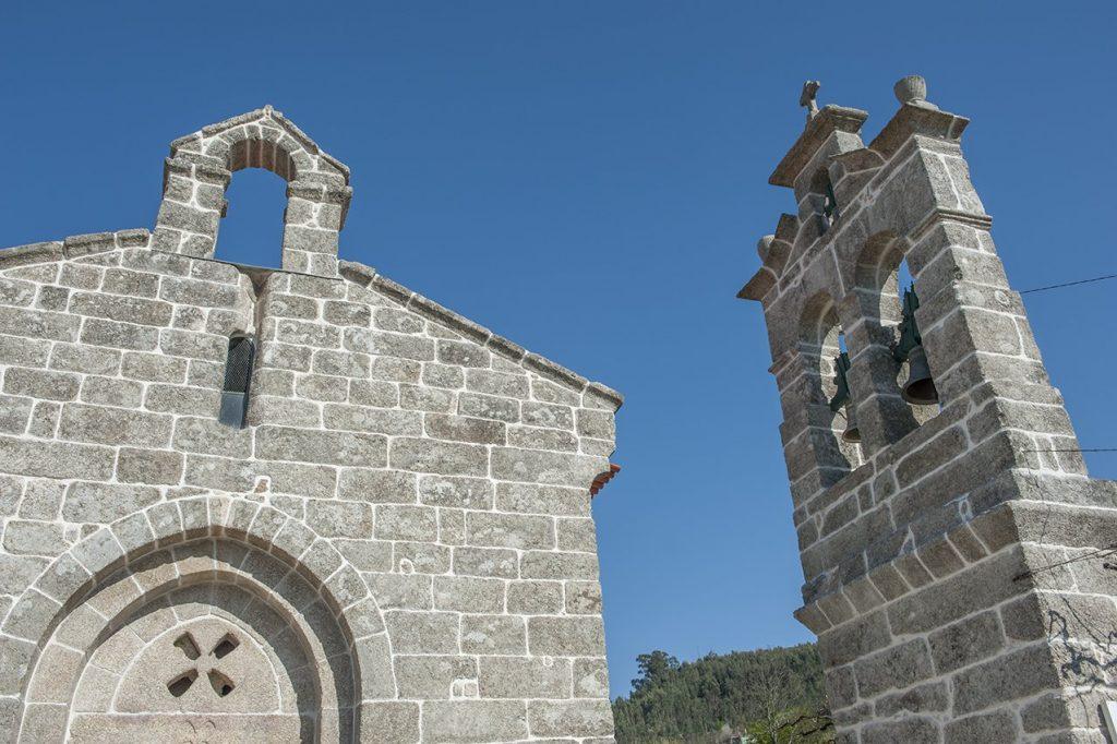 Pormenor da fachada principal e torre sineira Igreja de Santa Maria de Jazente