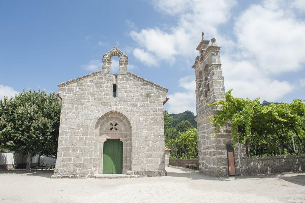 Fachada e torre sineira exterior da Igreja de Santa Maria de Jazente