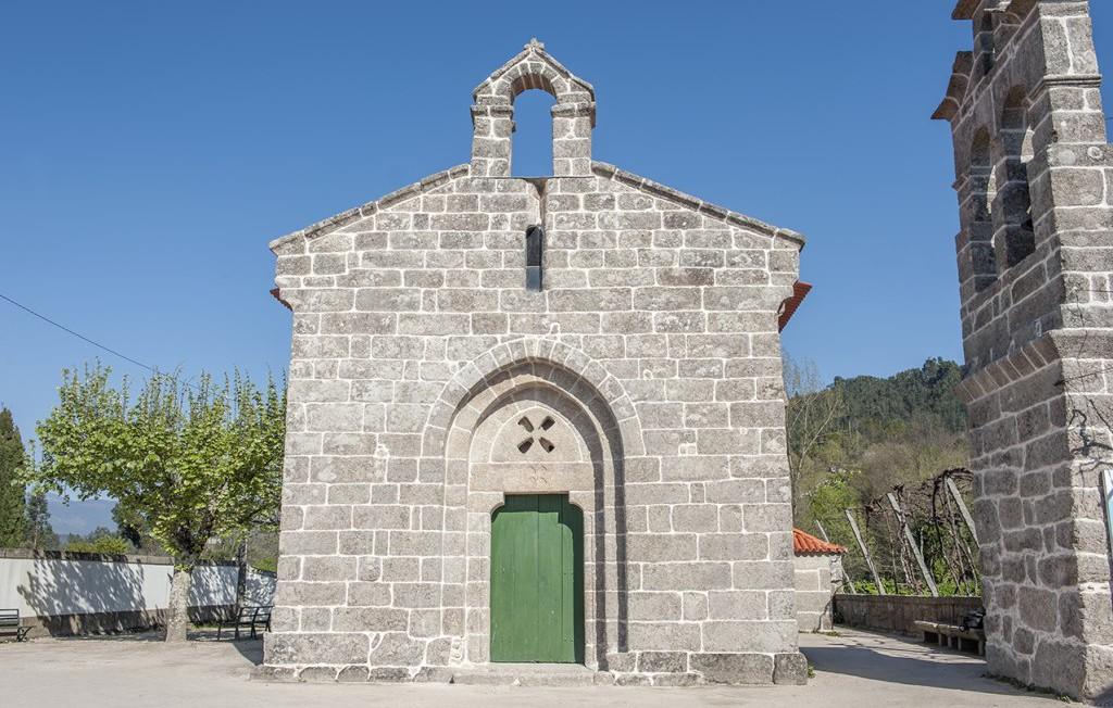 Fachada principal exterior da Igreja de Santa Maria de Jazente