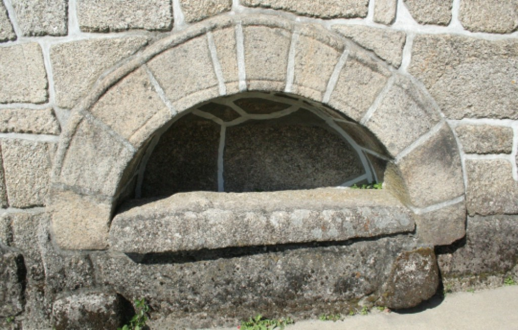 Igreja do Salvador de Real, pormenor de túmulo no exterior