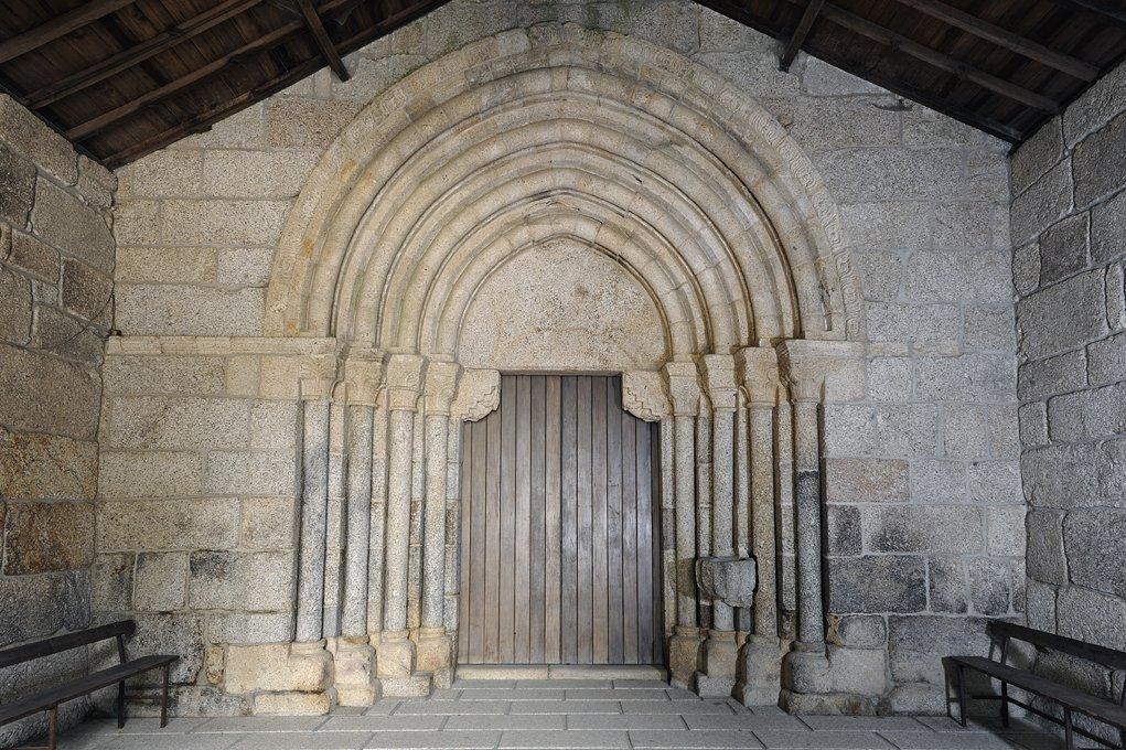 Portal Ociental do Mosteiro de São Martinho de Mancelos