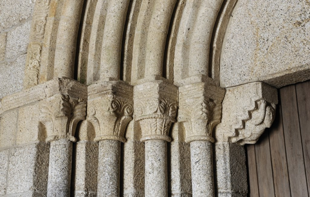 Capiteis do portal ocidental, pormenor do Mosteiro de São Martinho de Mancelos