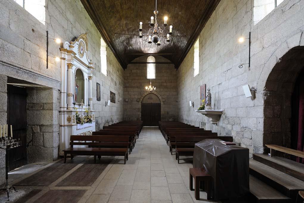 Nave e entrada principal, interior do Mosteiro de São Martinho de Mancelos