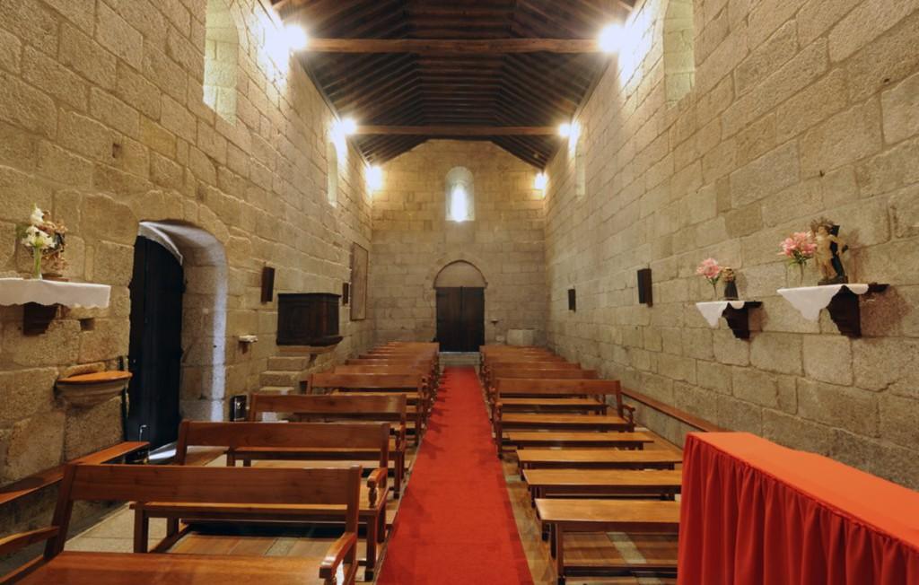 Nave e entrada principal, interior do Mosteiro do Salvador de Freixo de Baixo