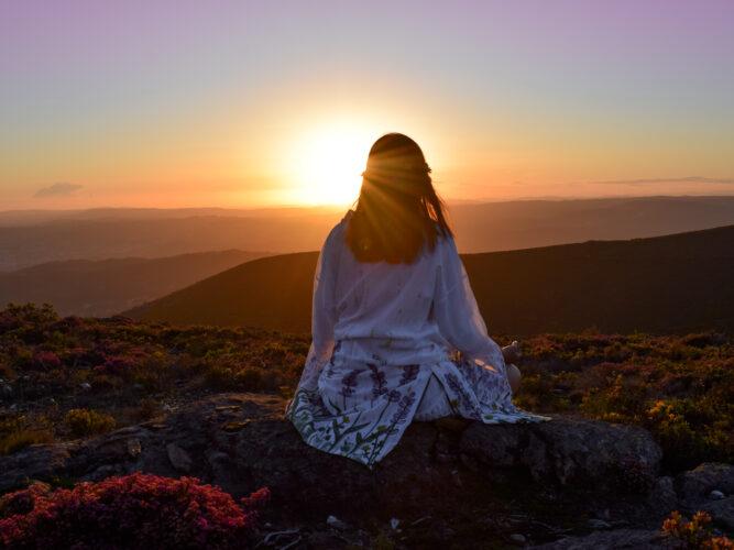 Meditar no pôr-do-sol do Marão